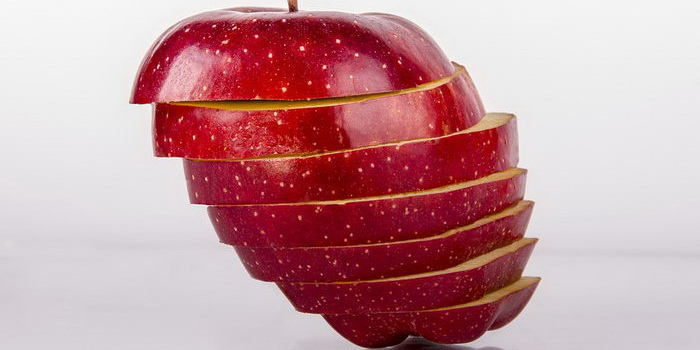 Разрезанное на дольки яблоко